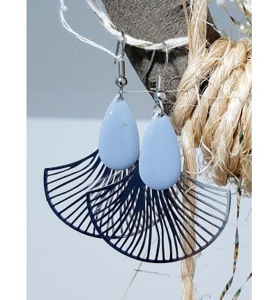Boucles d'oreilles Bohème Chic argenté, motif fleur de gingko et émail bleu gris