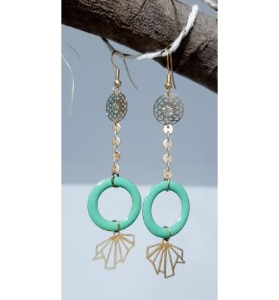 Boucles d'oreilles Bohème Chic en filigrane doré, chaînette, et anneaux en  émail vert menthe